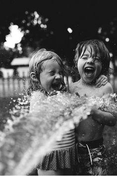 Sus caras lo dicen todo!!me encanta la expresión de diversión mientras el chorro de agua les moja.