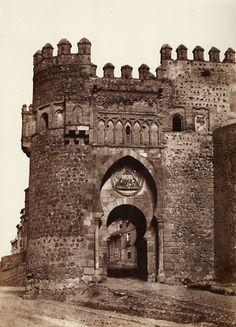 Puerta del Sol (Toledo), España en 1858. Fotografía de Gustave de Beaucorps via Eduardo Sánchez Butragueño ¿Puerta de la Bisagra?