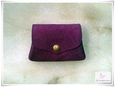Monedero de gamuza de color lila cosido a mano con tres compartimentos. (Ref: MO201507_01) #cuero #monedero