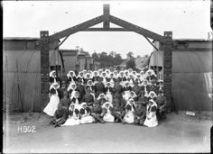 History in Photos: Henry Armytage Sanders. New Zealand nurses and medical officers of the New Zealand Stationary Hospital gathered beneath an archway carved by a Maori patient. Through the archway rows of huts are visible. Photo Record, Flanders Field, History Online, Lest We Forget, World War One, Secret Life, People Photography, Wwi, Old Photos