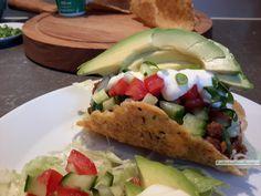 Koolhydraatarme taco's, traditioneel met gehaktsaus, rauwkost en guacamole of met paksoi, kip, kerriesaus, ui, prei, groene paprika, peterselie en citroen. Clean Recipes, Paleo Recipes, Low Carb Recipes, Healthy Diners, Healthy Snacks, A Food, Good Food, Food And Drink, High Fat Foods