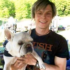 5 Pictures of Evan Peters with Dogs Evan Peters, Marvel X, Marvel Memes, Captain Marvel, Quicksilver Xmen, Peter Maximoff, Xmen Apocalypse, Charles Xavier, The Villain