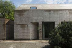 Haus Wanda - vonMeierMohr Architekten | Ein Wohnhaus am Hang mit geschlossener Holzfurnier-Fassade zur Straße hin und großflächiger Fensterfront auf der Gartenseite.