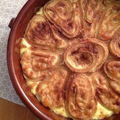 Pfankuchenrolle aus dem Backofen mit Quark-Apfel-Füllung