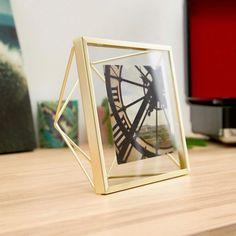 Kovový fotorámeček inspirovaný řezem diamantů. Lze ho namontovat na zeď nebo použít jako stolní dekoraci. Vhodné pro fotografie o velikostech 10 x 10 cm. Velikost: 15,5 х 7,5 х 15,5 cm.