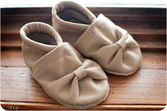Tiny Toes Soft Sole Shoes Pattern: Baby Booties, Crib Shoes, Soft Sole Shoes Keep those little feet happy in a pair of Tiny Toes Soft Sole Shoes! This is a quick and easy sew and makes a great beginner project. Baby Moccasin Pattern, Baby Shoes Pattern, Shoe Pattern, Moccasins Pattern, Pdf Sewing Patterns, Baby Patterns, Sewing For Kids, Baby Sewing, Couture Bb