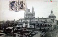 La Catedral y Plaza. ( Fechada el dia 25 de Feb. de 1947 )