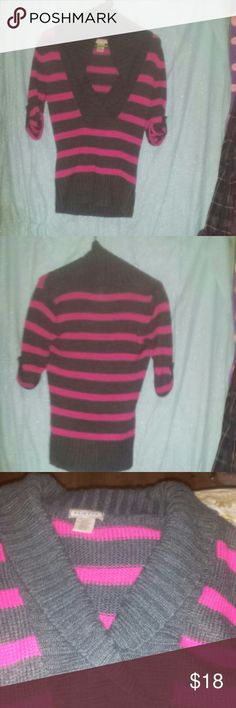 Arizona size med puffy vneck sweater It is charcoal gray amd hot pink with short sleeves. It is a size medium with a thick wasteband. It is made from acrylic and other fibers. Rn#93677 Arizona Jean Company Sweaters V-Necks