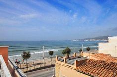 Portixol/ Es Molinar, Palma de Mallorca: Stora terrasser med havsutsikt i Molinar. Fantastisk radhus i tre plan med två takterrasser på ca 20 kvm vardera och med en studio emellan på ca 30 kvm. Det ligger en trivsam patio intill köket på ca 35 kvm. Huset har tre sovrum varav ett med badrum en suite. Vardagsrum och matsal i öppen planlösning intill köket.  Pris: 750 000€.