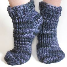 Free beginner super bulky sock pattern for toe-up or top-down socks, one- or two-at a time, using Magic Loop. Knit a pair with 1 skein of Malabrigo Rasta.
