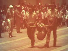 Homem é torturado em público, preso ao temido pau-de-arara, durante uma demonstração de métodos de tortura institucional da Guarda Rural Indígena, em uma parada militar em Minas Gerais, foto de 1970.