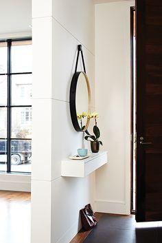 Pour une solution de rangement intégrée, une étagère peu profonde munie de tiroirs et fixée au mur est idéale pour garder les nécessités de la vie quotidienne à portée de main. Voyez 20 autres trucs d'organisation infaillibles pour toutes les pièces de la maison.