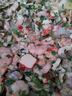 Ceviche: kanikama, reineta, salmon, cilantro, perejil, camarones, aji verde, ciboullete, pimenton verde y rojo.
