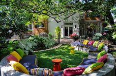 Эклектика в саду - огромный садовый диван с яркими подушками