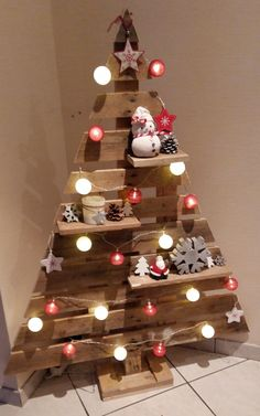 18 Christmas Trees For Small Spaces (Christmas Tree Alternatives) - Mama and More - - Christmas trees are beautiful and festive, but they take up a lot of space. Check out these alternative Christmas trees for small spaces! Wooden Christmas Decorations, Wooden Christmas Trees, Rustic Christmas, Simple Christmas, Christmas Diy, Vintage Christmas, Hanging Decorations, Christmas Lights, Xmas Trees