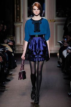 Falda en acabado metálico en azul... / Andrew Gn otoño invierno 2013