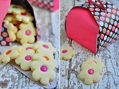Çiçek kurabiye Bonibonlu Kurabiye Nasıl Yapılır Bu şirin bonibonlu kurabiyeler, nişastalı kurabiye tarifimle aynı,nişastalı kurabiye yaptığım sıradahamurun yarısını ayırmıştım ve biraz dahaun ilavesiyle,ele yapışmayan bir hamur yoğurup, bonibonlu kurabiye yapmıştım:)Şipşirin,hem göz ehem damağa şenlik,harika kurabiyeler oldular.  Ayrıca butek pasta ve muffinkutusuna ben bu bonibonlu kurabiyeleri inanılmaz yakıştırdım.:) Kurabiyeler gibi çok şirinler öyle değil miRead More