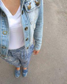 Modrá je dobrá. 💙 aj biela. (: #najlepsienohavice #modrajedobra #bielajedobra #ootd #outfit #style #fashion #blue #denim #dnesnosim #dnesneessentials #slovakstreetstyle #slovakblogger #insta_svk