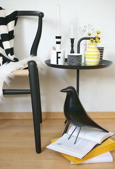 mesa HAY, Eames house bird y silla CH24 : via MIBLOG
