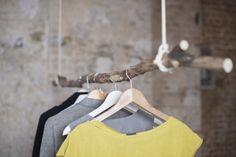 Mit einem gefallenen Ast aus dem Wald und einem Paar Seilen und Haken aus unserem Do It Yourself Set, kannst du schnell eine einzigartige Kleiderstange bauen.  Das ekomia DIY-Kit für die...