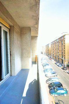 Vieux Port / Rue de la Loge. Dans un immeuble de Standing en parfait état avec ascenseur, nous vous proposons à la location ce grand T3. Il se compose de 2 belles chambres, d'un bureau, d'une salle de bain, d'une cuisine séparée, d'une WC indépendant, d'un grand Balcon / Terrasse Filant donnant sur un beau séjour, d'une cave, d'une Immense Buanderie (Très fonctionnelle et très rare) équipent l'appartement. 950 euros + 150 euros de charges