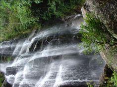 O Desviantes preparou uma lista com 10 belas cachoeiras do estado de São Paulo que valem a pena conhecer. A lista compreende cachoeiras gigantes com 200 metros de queda e também algumas de altura modesta, mas de beleza espetacular.