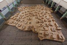 Ai WEIWEI, (né en 1957), HERZOG Jacques (né en 1950 ), De MEURON Pierre (né en 1950),Ordos, 2011, grand ensemble (0,8x15,11x13,57 m) de 100 maquettes en bois de pin conçues par 100 architectes de 27 pays, en vue de la construction de villas de 1000 m2 pour une ville (non réalisée à ce jour) d'un milliardaire de Mongolie inférieure, sur un plan directeur de Ai Weiwei. Cet ensemble est accompagné d'une vidéo de 1h 00 mn 57 s et de textes et images des 100 architectes. Vue de l'installation à…