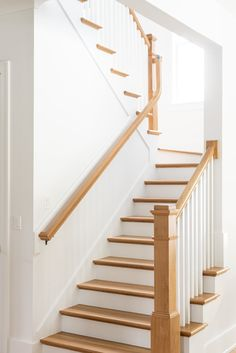 Staircase Runner, Staircase Ideas, Stair Railing, Staircase Design, Railings, Staircase In Living Room, Stained Staircase, Golden Living, Home Decor Inspiration