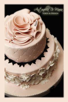 chanel for Chiara - Cake by Antonella Di Maria - CakesDecor Gorgeous Cakes, Pretty Cakes, Amazing Cakes, Coco Chanel Cake, Chanel Cupcakes, Fondant Cakes, Cupcake Cakes, Fantasy Cake, Cake & Co
