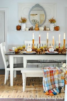 Dozens of beautiful fall tablescape ideas. Find inspiration and ideas for your fall table with style including rustic, traditional, soft & elegant, & colorful. Country Farmhouse Decor, Farmhouse Style, Country Living, Modern Farmhouse, Fall Home Decor, Autumn Home, Thanksgiving Table Settings, Thanksgiving Crafts, Table Setting Inspiration