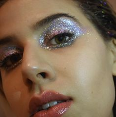 Pinterest: DEBORAHPRAHA ♥️ silver glitter eye makeup look inspiration for carnaval