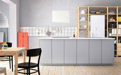 Modern, nagy konyhasziget, szürke színben, VEDDINGE előlapokkal, tömör fenyő IVAR polcokkal és egy IKEA PS 2014 étkészlet