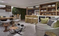 Muita personalidade, a presença de tendências e o reforço da identidade. Assim, o arquiteto Lúcio Nocito descreve o seu espaço de 27 m². Multiuso e para o convívio da família, o ambiente, composto por tonalidades claras, possui revestimento de barro natural nas paredes remetendo ao...  calçadão da praia de Copacabana. Como uma extensão do living, a Varanda Gourmet possui canto de leitura, espaço adega, bancada e lounge.