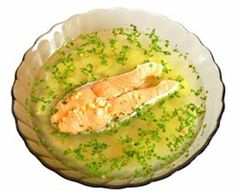 Суп из лосося Ингредиенты  2 бульонных куриных кубика 200 г копченого лосося 200 г очищенных тигровых креветок соль перец зеленый лук по вкусу Способ приготовления  В кастрюле довести до кипения 1 л воды с бульонными кубиками. Нарежьте лосось тонкими полосками. Порубите лук и смешайте с креветками В тарелку для супа положите лосось, лук, креветки и залейте горячим бульоном. Добавьте соль и перец по вкусу и наслаждайтесь легким ужином.