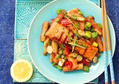 Łosoś z rabarbarem i sosem orientalnym: Łosoś wspaniale komponuje się z sosem słodko-kwaśnym i nieoczywistym w tym zestawieniu rabarbarem.