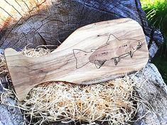Lopárik s kresbou pstruha | smezdreva.sk Cutting Boards, Wooden Cutting Boards, Cutting Board, Chopping Boards