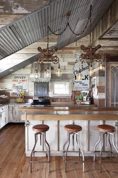Hottest Free Rustic Farmhouse dining Suggestions Reminding us of the smell of fresh pine trees and toasting marshmallows on an open fire, farmhouse s Industrial Farmhouse Kitchen, Farmhouse Kitchen Cabinets, Country Farmhouse Decor, Country Kitchen, Rustic Decor, Farmhouse Kitchens, Rustic Barn, Rustic Wood, Industrial Style