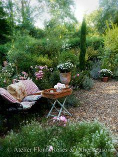 A rose affair . Eco Garden, Gravel Garden, Potager Garden, Garden Ideas, Amazing Gardens, Beautiful Gardens, Beautiful Roses, Country Cottage Garden, Cottage Gardens