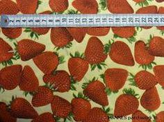 Jordbær på lys gul Patchworkstof - er det flot stykke lysegul patchworkstof med store røde jordbær