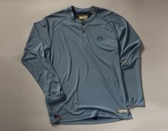 The Loggerhead Longsleeve keeps you cool, dry and protected from the sun with its 100% polyester and all day UPF 45 with no need to reapply. (Azul)