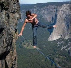 Living on the edge: 30 extreme photos that will take your breath away Univision Noticias, Dean, Taft Point, Dangerous Sports, Breath Away, Inspirational Blogs, Living On The Edge, Base Jumping, Unusual Things