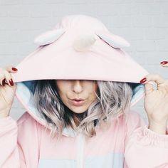 Menina loira com casaco de capuz de unicórnio @biajiacomine
