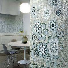 Different intensities of green, white and cream tesserae create a tasteful mosaic composition that is the perfect kitchen design solution. Discover the colors of our collections. #sicis #sicismosaic #mosaic #mosaico #mosaictile #tiles #designinspiration #interiordesign #interiordesignideas #interiordecor #design #designideas #designinspiration #floortiles #flooring #patterndesign #pattern #mosaicart #marblemosaic