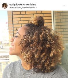 Curly hair styles, dyed natural hair и hair styles. Dyed Natural Hair, Natural Hair Tips, Natural Curls, Dyed Hair, Natural Hair Styles, Colored Natural Hair, Natural Hair Highlights, Honey Highlights, Blonde Highlights