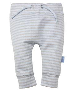 Jongens gestreept broekje van het merk Dirkje Dit is een licht blauw / grijs gestreept broekje. Broek zonder sluiting, met elastische taille, met een blauw koordje enkel voor de versiering.