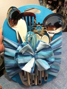 Regalo para Despedida de Soltera – Kitchens WOW – Kitchen Ideas For 2019 Themed Gift Baskets, Diy Gift Baskets, Raffle Baskets, Kitchen Gift Baskets, Kitchen Towel Cakes, Kitchen Gifts, Homemade Christmas Gifts, Homemade Gifts, Wedding Shower Gifts