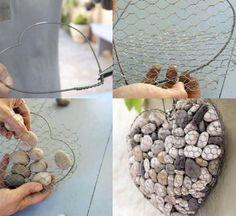 idée de décoration de jardin originale - un cœur en fil métallique et filet en métal rempli de galets