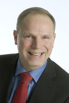 Stefan Küthe ist studierter Betriebswirt und Kommunikationswirt mit langjähriger Erfahrung im Verkauf und Marketing. Seit mehr als zehn Jahren leitet er Trainings für Verkaufsspezialisten und Führungskräfte für namhafte Unternehmen aus den verschiedensten Bereichen.