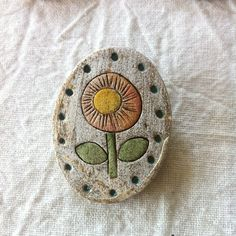 陶器のブローチです。茶色の土を焼き絵付けしたら、少し個性のある素朴で愛らしい風合いになりました。アンティークの風合いも少しでました*架空のお花ですが、きっと春...|ハンドメイド、手作り、手仕事品の通販・販売・購入ならCreema。