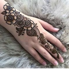 Most Amazing Floral Mehndi Design Mehndi henna designs are always searchable by Pakistani women and girls. Women, girls and also kids apply henna on their hands, feet and also on neck to look more gorgeous and traditional. Latest Arabic Mehndi Designs, Back Hand Mehndi Designs, Henna Art Designs, Mehndi Designs For Girls, Mehndi Designs For Beginners, Modern Mehndi Designs, Mehndi Design Photos, Mehndi Designs For Fingers, Beautiful Henna Designs